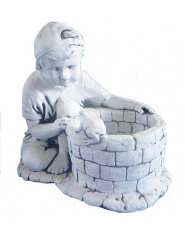Figura betonowa Chłopczyk z żabą W28
